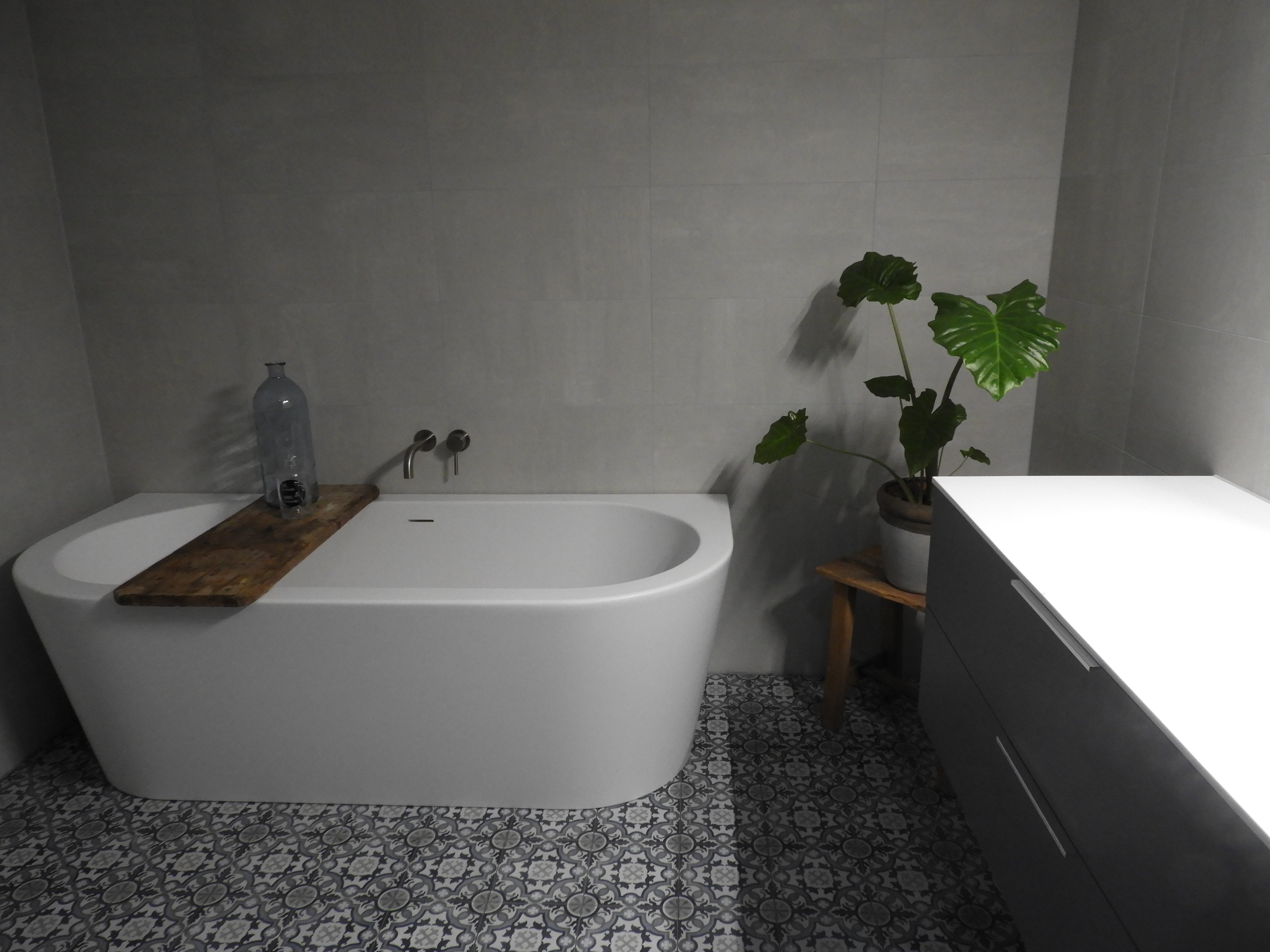 Badkamer met bad janijko surhuisterveen
