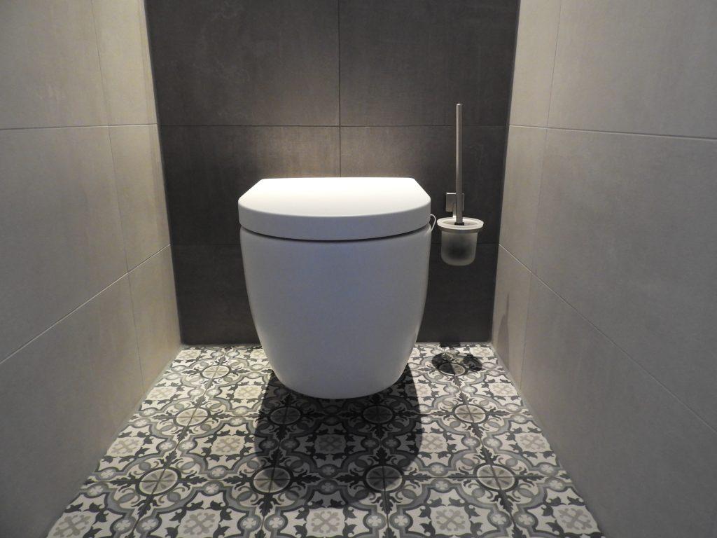Toilet in Drachten - Taupe kleurige decortegels
