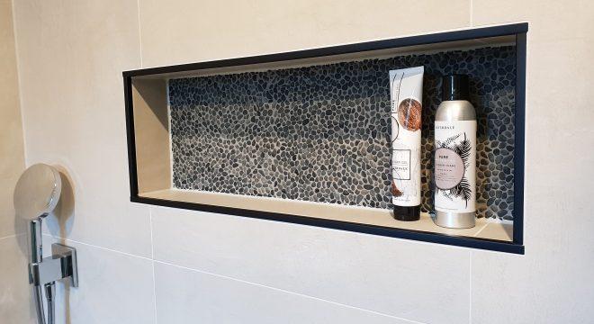 Tegels op de wand in de badkamer