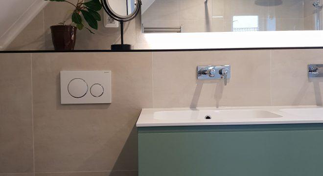 Ligbad & toilet in badkamer te Suwald (Friesland)